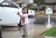Bé gái mừng rỡ lần đầu tiên thấy mưa